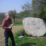Beim Labyrinthstein von Johannes Domenig