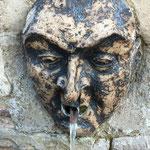 Wasser speihender Teufelskopf am Teufelsbrunnen