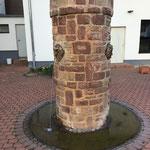 Teufelsbrunnen mit drei Wasser speihenden Köpfen