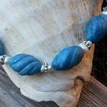 Perlen Halskette Steinkette Loredana mit blauen, spiralförmigen Steinperlen, weissen kleinen Zuchtperlen, silbernen Blumenrondellen & Hakenverschluss in Antiksilber