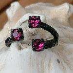 Fingerring Ring Glinda schwarz oxidiertes Messing mit pinken Ruby 4mm Swarovski Steinen verstellbar