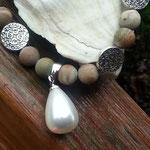 Perlen Halskette Perlenhalskette Samia mit 8mm Wüsten Jaspis Edelsteinperlen, tropfenförmige Anhänger weisse Zuchtperle 1.5 x1.8cm, 12mm Metallperlen, Magnetverschluss, Länge 46cm