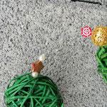 Weihnachtsdeko Weihnachts Advents Girlande Noelle mit grünen Rattankugeln, Sternanhänger aus Weidenholz, goldenen Drahtperlen, goldenen Sternperlen, div. roten Acrylperlen
