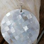 Lange Perlenkette mit Rosenquarz Splittern, Perlmuttanhänger und Silberverschluss