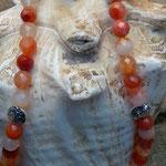 Perlen Halskette Donna mit orange-weissen Karneolsteinen, Metallperlen Oblaten, zitronengelber Lampworkperle und kleinen Metallperlen