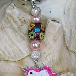 Schlüsselanhänger Einhorn Glamorous mit Schmuckperle glitzerpink mit Blumen, Sternenstaub Metallperlen in Silber und rosa Glanzperlen