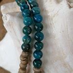 Lange Edelsteinkette aus Apatit Edelsteinen, Kokosrondellen, silbernen Perlkapphütchen und Lebensbaum Anhänger