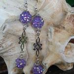 Lange Ohrringe Ohrhänger nickelfrei Lila Grace mit lila Polymer-Strass Perle, Ornament Verbinder  und Blumenrondellen