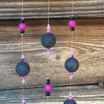 Windspiel Mobile Klangspiel Girlande Old Charm mit alter, emaillierter Abtropfkelle, 2.5mm grossen schwarzen und pinken Glanzperlen aus Acryl, schwarzen und weissen facettierten Acrylperlen