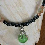Kinder Mädchen Perlenschmuck Kinder Halskette Lotta mit Anthrazit  Glasperlen, hellgrünen und hellbraunen facettierten Glasperlen in zwei Grössen, grosser hellgrüner Katzenaugen Glasperle