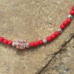 Kinder Halskette Perlen Amore mit roten Holzperlen, kleinen Metallperlen und viereckiger weissroter Millefiore Glasperle in der Mitte