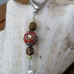 Schutzengel Schlüsselanhänger Isum mit roter Kashmiriperle mit Strasssteinen, grünen Glasperlen & weissen Acrylperlen mit Strasssteinchen, Engel Anhänger