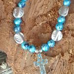 Kinder Perlen Halskette Kidz Cross mit hellblau marmorierten Glasperlen, Acrylerlen in Form von Blättern und Acrylanhänger Mille Fiori Kreuz