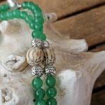 Lange Perlenhalskette mit Edelstein Jadeperlen, Metallperlen, Kokosperlen, Herzanhänger mit Charm