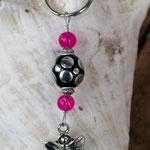 Schutzengel Schlüsselanhänger mit pinken Glasperlen, schwarzer Kashmiriperle mit silbernen Punkten und Metallrondellen