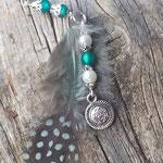 Lange Ethno Boho Halskette Savannah mit grünen und violetten Polarisperlen, 2mm graue facettierten Jade Glasperlen, weisse Glanzperlen, türkis Perlhuhn Feder, Medaillon Anhänger Antiksilber