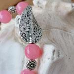 Langer Schlüsselanhänger mit Herz Antiksilber mit rosa Glasperlen, Metallperlen, Blumenrondellen und silbernen Blattperle