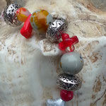 Herz Schlüsselanhänger Amorcito mit Herzanhänger aus Metall, roten Glas- & Acrylperlen, weisse-gelbe Spacer Acrylperlen sowie Metallperlen