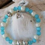Elastisches Perlenarmband für Mädchen mit hellblauen Katzenaugen Glasperlen, cremefarbenen Glitzer Acrylperlen und Metallperlen in Antiksilber