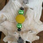 Schutzengel Schlüsselanhänger Miniel mit gelber Kashmiriperle, hellgrünen Glanzperlen und bronzefarbenen Acrylrondellen