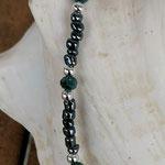 Kinder Mädchen Perlenschmuck Kinder Halskette Mila mit anthrazit Glasperlen, silberfarbenen Acrylperlen, hellgrünen facettierten Glasperlen und lila Katzenaugen Glasperle Anhänger
