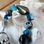 Langer Schlüsselanhänger Herzanhänger mit Herz Antiksilber, blauen Zuchtperlen, schwarzen Glasperlen, silbernen Acrylperlen