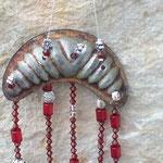 Retro Vintage Windspiel Girlande Mobile Cookie in Red mit alter Keks Bachform, Muscheln, roten Acryl- und Glasperlen, Sonnenfänger Glasperlen Anhänger rot & durchsichtig