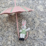 Oster Schwemmholz Treibholz Girlande Schwemmholzgirlande Bunny Poppins mit Anhänger Osterhase sitzt im Sonnenschirm rosa mintgrün