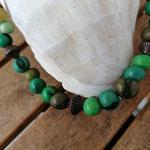 Damen Halskette Ethno Boho Perlenhalskette Perlenkette Halskette Kerry mit grünen Acai-Samenperlen, bronzefarbenen Acrylperlen in verschiedenen Grössen & Formen