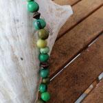 Damen Halskette Ethno Boho Perlenhalskette Perlenkette Halskette Kerry mit grünen Acai-Samenperlen, bronzefarbenen Acrylperlen in verschiedenen Grössen und Formen