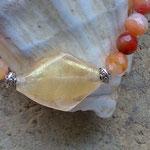 Damen Perlen Halskette Donna mit orange-weissen Karneolsteinen, Metallperlen Oblaten, zitronengelber Lampworkperle und kleinen Metallperlen