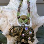 Lange Ethno Boho Hippie Perlen Halskette Ajok mit grünen Hunan Peridot Edelsteinen, Bronze Lampionperlen, dunkelbraunen Kokosrondellen & Elefantenanhänger Bronze mit Strasssteinen