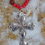 Lange Ethno Boho Perlen Halskette Nazareth mit roten 8mm Holzperlen, dunkelbraunen 6 bis 8mm grossen Acai-Samenperlen & Kreuz Kruzifix Anhänger aus Metall 5.5x8cm und Metallperlen