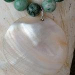 Kurze Edelstein Halskette mit Jadeperlen, Kokosrondellen und Perlmuttanhänger