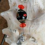 Schutzengel Schlüsselanhänger Ruchiel mit schwarzer Kashminiperle mit roten Glasperlen, oranger facetttierter Acrylperle und Metallrondellen in Bronze