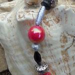 Herz Schlüsselanhänger Cucciolona mit grossen, pinken Acrylperlen, Drahtsilberperlen, ovalen glitzernden Metallperlen, schwarzen & silbernen Acrylperlen