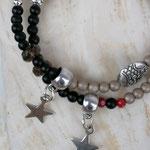 elastisches zweireihiges Mala Armband Armkette mit roten facettierten Glasperlen, schwarzen Steinperlen, cremefarbenen Acrylperlen, silberne Sternanhänger aus Acryl & Metallperlen