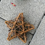 Weihnachtsdeko Weihnachts Advents Girlande Noelle mit grünen Rattankugeln, Sternanhänger aus Weidenholz, goldenen Drahtperlen, goldenen Sternperlen, roten Glanzperlen