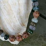 Kurze Perlenhalskette Perlen Halskette Mystique mit Jaspis Perlen, Kokosperlen und silbernen Blumenrondellen mit Hakenverschluss antiksilber
