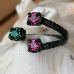 Fingerring Ring Alizon schwarz oxidiertes Messing mit pinken Ruby und grünen Palace Green 4mm Swarovski Steinen verstellbar