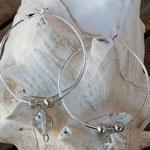 Creolen mit Metallperlen in Antiksilber und weissen Glasperlen mit Silberdraht umwickelt