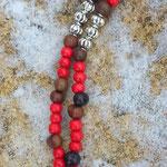 Lange Ethno Boho Perlen Halskette Nazareth mit roten 8mm Holzperlen, dunkelbraunen 6 bis 8mm grossen Acai-Samenperlen. Kreuz Kruzifix Anhänger aus Metall 5.5x8cm und Metallperlen