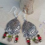Perlen Ohrringe Ohrhänger Alhambra mit tropfenförmigen Ohrringen aus Aluminium Antiksilber mit roten, grünen und hellblauen Glasperlen, facettierten goldfarbenen Acrylperlen und weissen, glänzenden Holzperlen