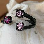 Fingerring Ring Bessie schwarz oxidiertes Messing mit rosa Light Rose und pinker Ruby 4mm Swarovski Steinen verstellbar