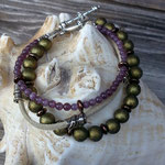 Mehrsträngiges Perlen Armband Hekate mit 8mm grossen olivgrünen Glanzperlen, dunkelbraunen Glanzrondellen, hellbraunem Lederband, Metallperlen, altrosa Katzenaugen Glasperlen 4mm, Knebelverschluss