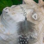 Feder Ohrringe Ohrhänger Clarita mit türkis Perlhuhn Feder & weissen Glanzperlen nickelfrei silberfarben