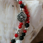 elastisches zweireihiges Mala Armband Armkette mit Lebensbaum Anhänger in Antiksilber, roten facettierten Glasperlen, schwarzen Lavaperlen, silbernen Acrylperlen, Sternenstaub & anderen Metallperlen