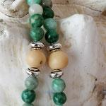 Lange Mala Ethno Boho Perlen Halskette Kette Felicity mit Jade Perlen, Metallperlen, hellbraunen Samenperlen, Mala Anhänger mit grauer Glanzperle und Perlkappen