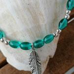 Kinder Mädchen Halskette Perlenkette Laura mit ovalen Türkis Glasperlen, silbernen Acrylerlen und Federanhänger