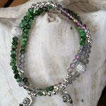 Mala Armband Armkette Perlenarmband elastisches Armband dreireihig Modeschmuck Perlenschmuck silberfarbene facettierte Glasperlen, grüne facettierte Jadeperlen, Flip Flop Anhänger, mit Sternenstaub Metallperlen